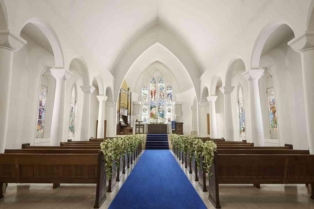 英国から受け継いだアンティークのステンドグラスが輝く大聖堂