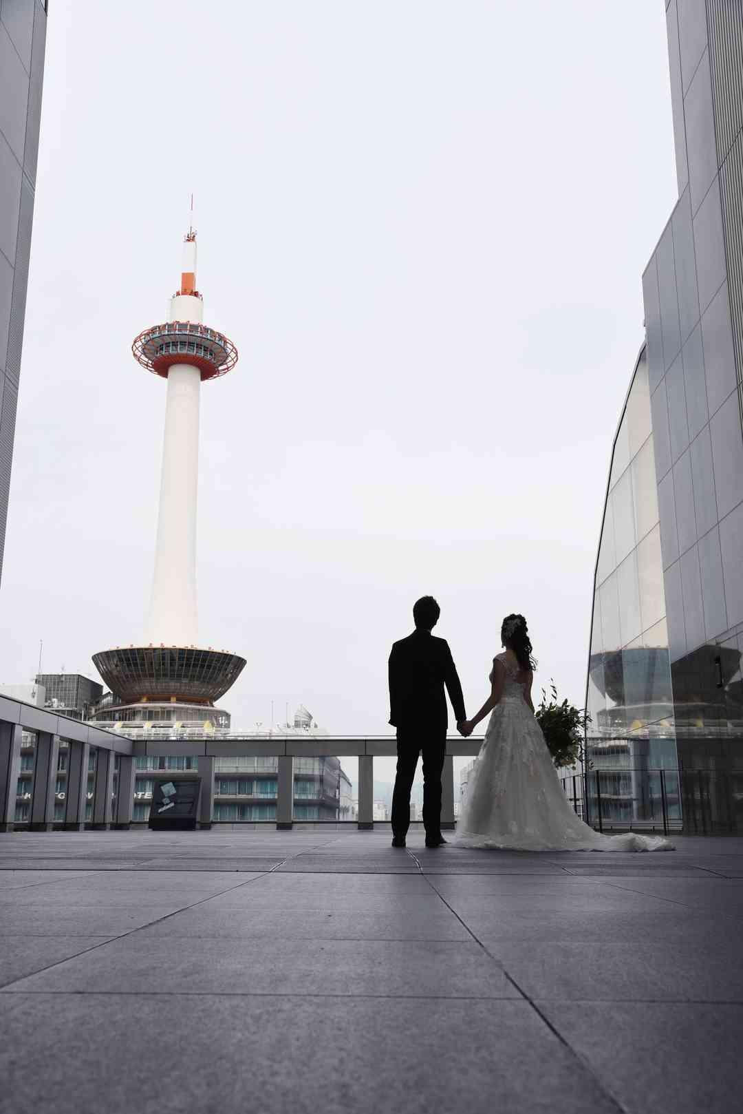 京都のランドマークタワーをバックに最高の一枚を