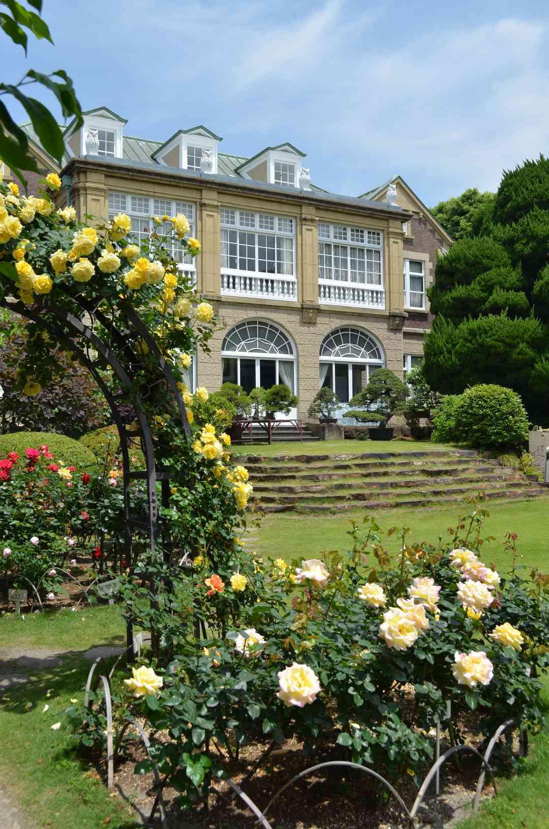 バラが咲き誇る庭園