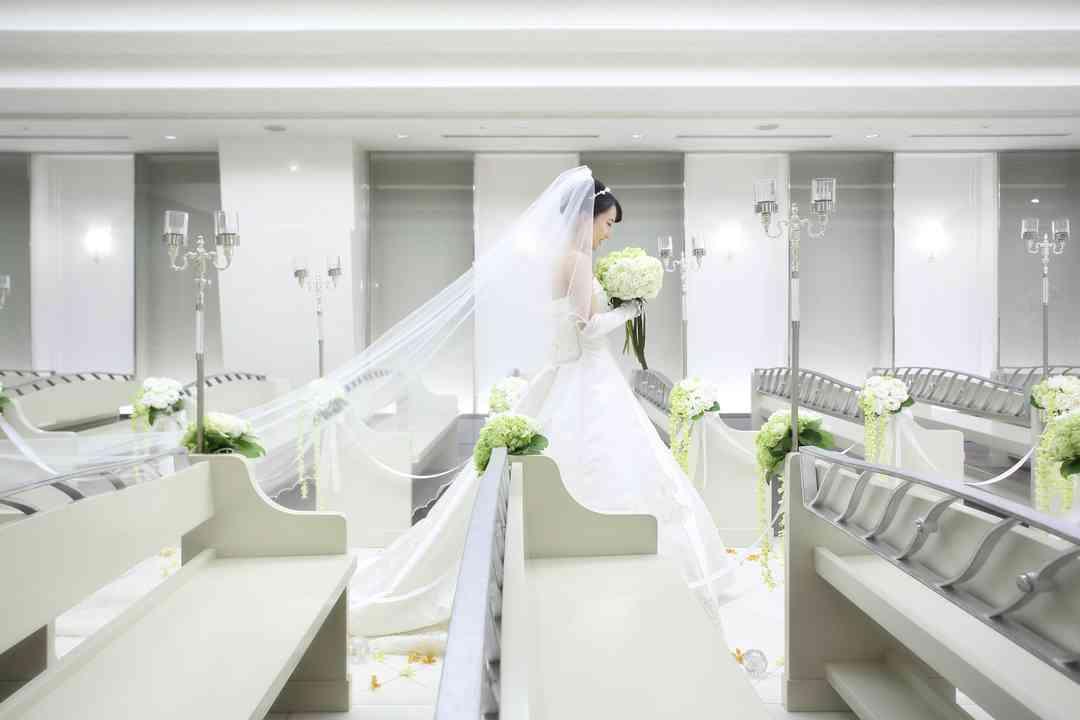 ホワイトチャペルに映える純白のウエディングドレス