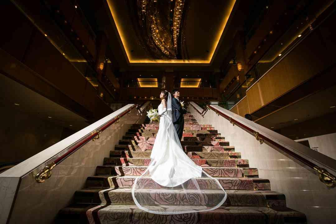 ロビー大階段ではロングトレーンが美しく
