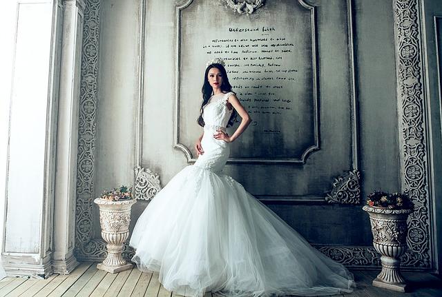 b11c84f36ddad 結婚式を挙げる花嫁なら、誰でもドレス選びには迷ってしまうものです。40代の方は、大人の魅力を最大限に引き出せるドレスを選びたいですね。ここでは、大人になった今  ...