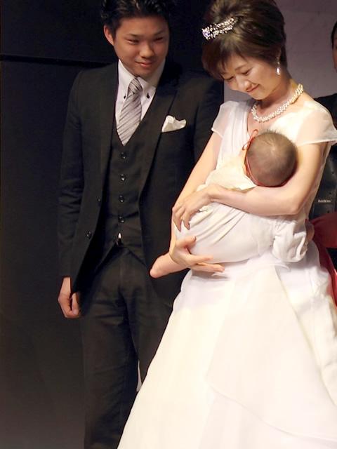 授乳服のパイオニアで知られる「モーハウス」と、ウェディングプロデュースショップ「エクラ」の共同開発で誕生した授乳ウェディングドレス。